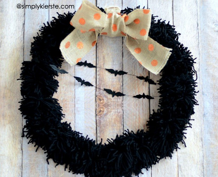 Yarn Pom-Pom Halloween Wreath   simplykierste.com