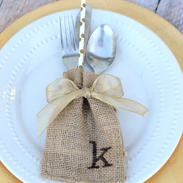 #Burlap Sack Place Cards also double as a darling silverware holder! SO easy, and perfect for your #Thanksgiving table! Details #ontheblog today, link in profile. #simplykierste #thanksgivingtable #entertaining #placecards