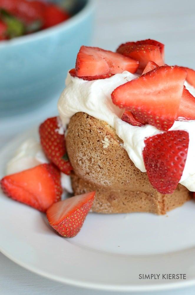 Strawberry Poundcake with Lemon Cream | simplykierste.com
