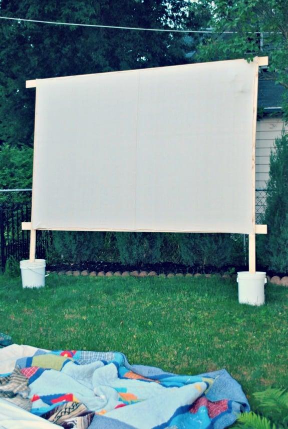 DIY Outdoor Movie Screen   simplykierste.com