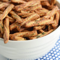 Easy seasoned glazed pretzels | oldsaltfarm.com #gamedayrecipes #superbowlfood #seasonedpretzels #easysnacks