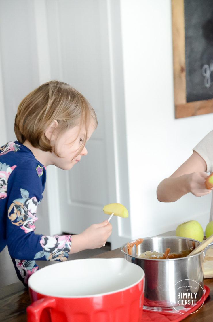 Easy Caramel Apple Slices | simplykierste.com