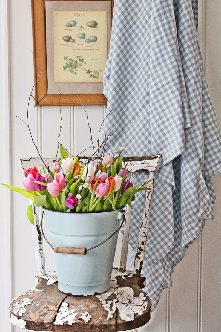 Tulips in a Pail | Spring Decor Ideas | simplykierste.com