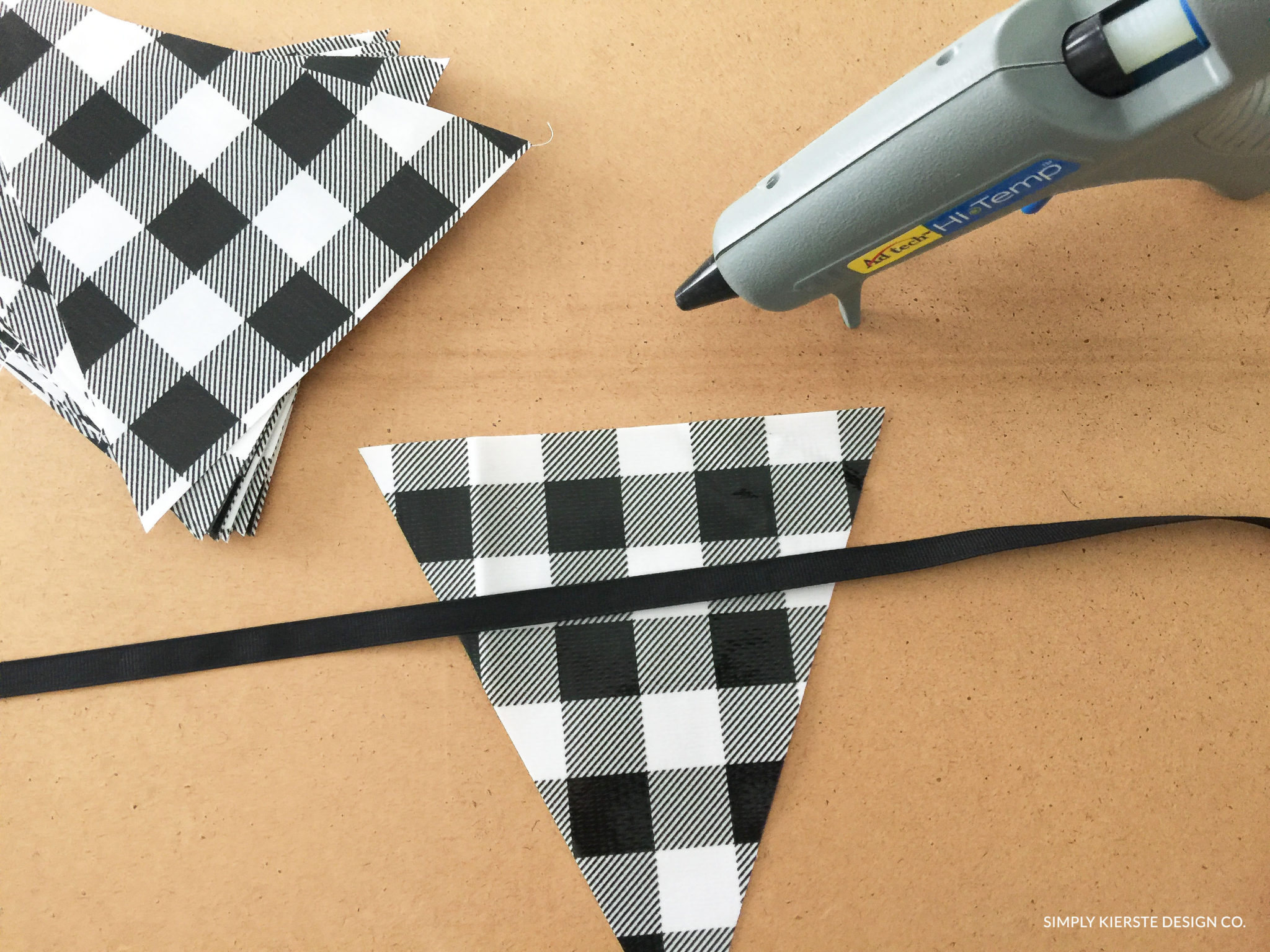 DIY Outdoor Oilcloth Bunting | Gingham Bunting | simplykierste.com