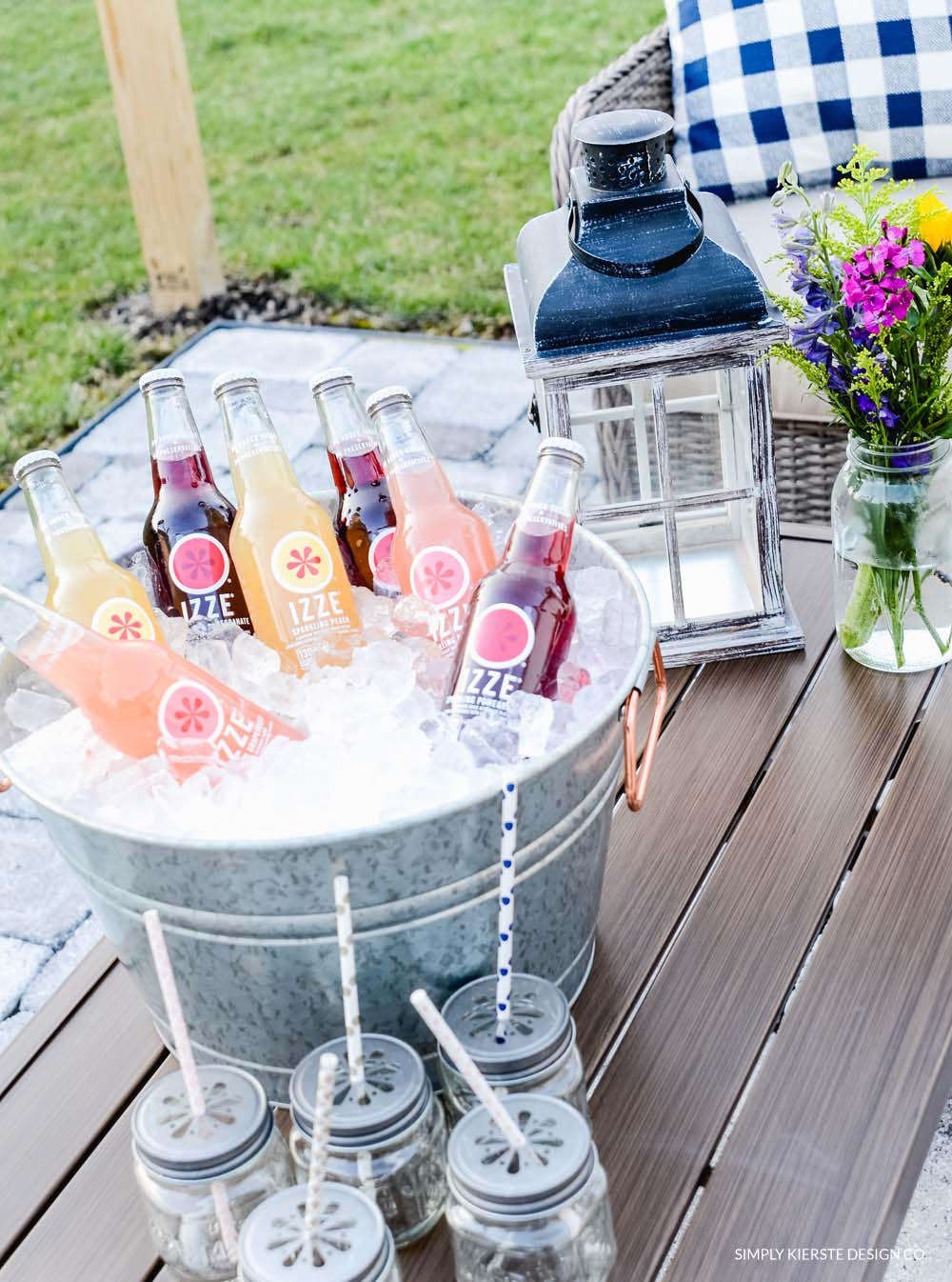 Tips for Easy Outdoor Entertaining | Setting an Outdoor Table